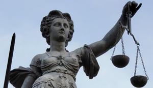 Justitia hätte gut lachen mit dem Haus & Grund Rechtsschutz von Roland.